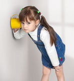 A menina da criança overhear imagem de stock