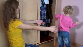 Menina da criança da criança para sair da mulher da mãe do armário e do abraço filme
