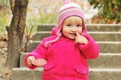 Menina da criança que aponta seu nariz Imagens de Stock