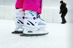 Menina da criança que aprende como ao patim de gelo imagens de stock