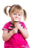 Menina da criança que come o gelado isolado Fotografia de Stock
