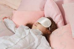 Menina da criança que dorme com uma atadura densa imagens de stock