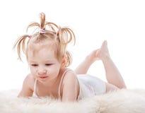 Menina da criança que encontra-se na cama imagens de stock royalty free