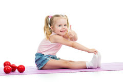 Criança que faz exercícios e que mostra o polegar acima Fotografia de Stock Royalty Free