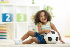 Menina da criança que joga brinquedos na sala do jardim de infância imagens de stock royalty free