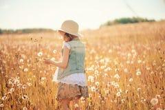 Menina da criança que joga com as bolas do sopro no campo do verão foto de stock royalty free
