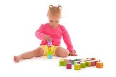 Menina da criança que joga com blocos Imagens de Stock Royalty Free