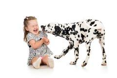 Menina da criança que joga com cão imagem de stock