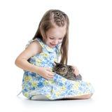Menina da criança que joga com gato Imagem de Stock Royalty Free