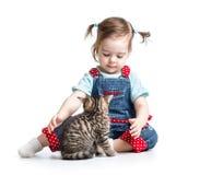 Menina da criança que joga com gato Foto de Stock Royalty Free