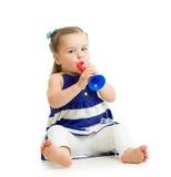 Menina da criança que joga o brinquedo musical Fotos de Stock Royalty Free