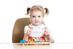 Menina da criança que joga o brinquedo musical Foto de Stock