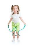Menina da criança que salta com a corda isolada Imagens de Stock