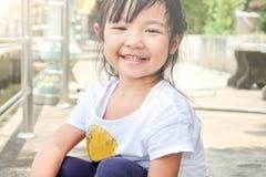 menina da criança que sorri brilhantemente fotografia de stock