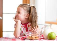 A menina da criança recusa comer o alimento saudável fotografia de stock