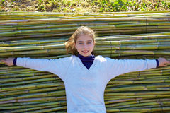 Menina da criança relaxado no fundo verde dos bastões imagem de stock