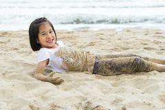 A menina da criança 6s aprecia o mar da praia do jogo Imagens de Stock