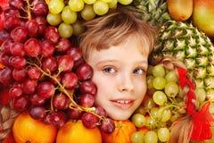 Menina da criança no grupo de fruto. Fotos de Stock