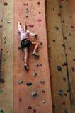 Menina da escalada de rocha imagens de stock royalty free