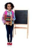 Menina da escola com ábaco e a trouxa cor-de-rosa Fotografia de Stock