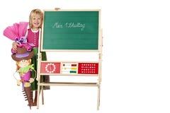A menina da escola está feliz ao lado da placa de giz Fotografia de Stock Royalty Free