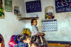 Menina da escola que aprende o alfabeto árabe foto de stock