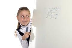 Menina da escola que olha à placa Imagem de Stock