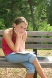 Menina da escola que trabalha em trabalhos de casa difíceis Imagens de Stock Royalty Free