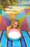 Menina da esfera de praia Fotos de Stock