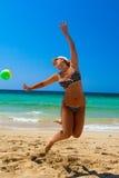 Menina da esfera de praia Imagens de Stock