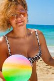Menina da esfera de praia fotos de stock royalty free