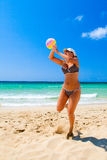 Menina da esfera de praia Foto de Stock