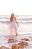 Menina da fôrma em um vestido branco Foto de Stock Royalty Free