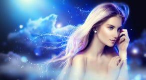 Menina da fantasia da beleza sobre o céu noturno