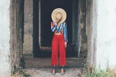 Menina da forma com chapéu de palha imagens de stock royalty free
