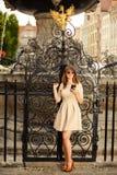 Menina da forma com telefone esperto fora Fotografia de Stock Royalty Free