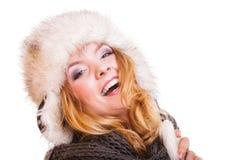 Menina da forma do inverno no chapéu forrado a pele que faz o divertimento isolada Fotografia de Stock Royalty Free