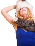 Menina da forma do inverno no chapéu forrado a pele que faz o divertimento isolada Fotografia de Stock