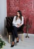 Menina da forma na cadeira A benevolência e a elegância das mulheres Imagens de Stock