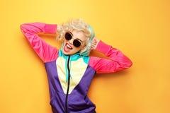 Menina da forma no sportswear no fundo fotos de stock royalty free
