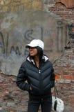 Menina da forma perto da parede suja Imagens de Stock