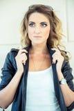Menina da forma que levanta com casaco de cabedal Imagem de Stock Royalty Free