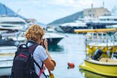 Menina da fotografia de trás no passeio da frente marítima foto de stock royalty free