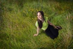 Menina da grama, sonhos do verão Fotos de Stock Royalty Free