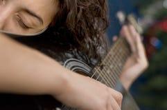Menina da guitarra acústica Fotografia de Stock Royalty Free