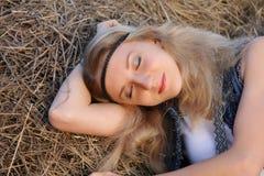 Menina da hippie com sardas, olhos cinzentos, cabelo louro, comprimento do ombro Imagens de Stock Royalty Free