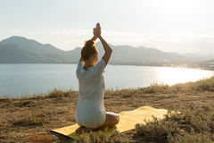 Menina da ioga com fones de ouvido sem fio Imagens de Stock Royalty Free