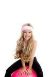 Menina da ioga da ginástica das crianças com a esfera cor-de-rosa dos pilates Foto de Stock Royalty Free
