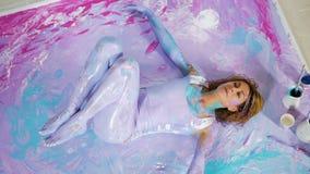 A menina da ioga encontra-se nela para trás na pintura na imagem vídeos de arquivo