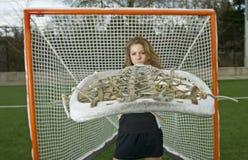 Menina da lacrosse atrás da vara Imagens de Stock